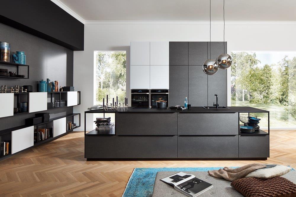 Loohuis_Keukens_Donkergrijze eilandkeuken met zwarte design grepen