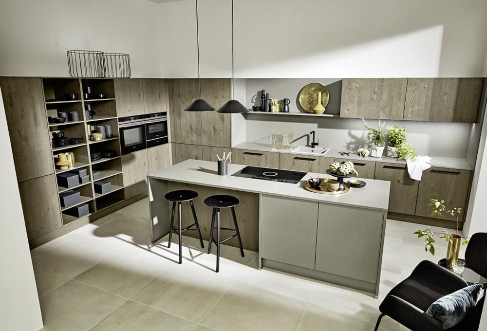 Loohuis-keukens-Stoere houten keuken met grijs kookeiland en zitgedeelte