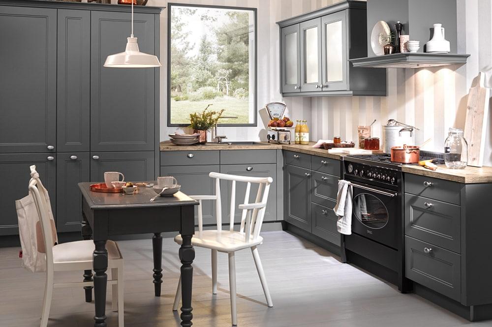 Loohuis-keukens-Grijze klassieke hoekkeuken met fornuis en schouw
