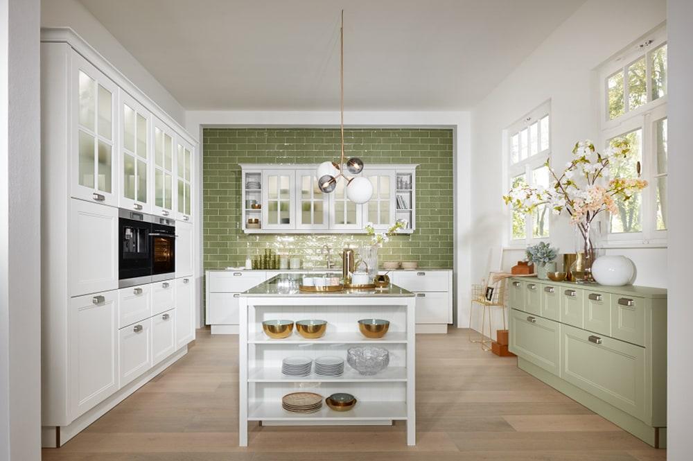 Loohuis-keukens-Klassiek witte keuken met groene tegels