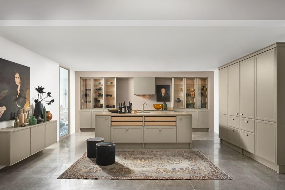 Loohuis-keukens-Moderne grijs groene klassieke eilandkeuken