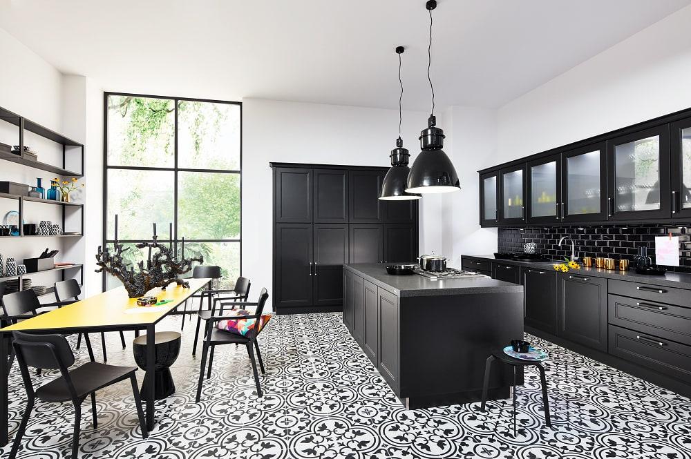 Loohuis-keukens-Zwarte klassieke woonkeuken met zwarte tegeltjes