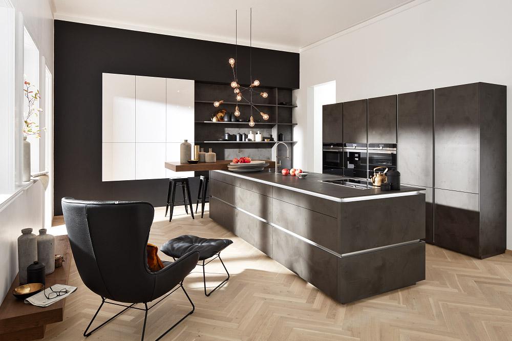 Loohuis_Keukens_Greeploos-design-kookeiland-5-hoge-kasten-donker-beton
