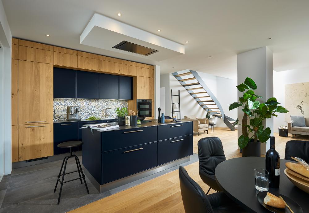Loohuis_Keukens_Heldere-blauwe-keuken-met-kookeilanden-rvs-elementen