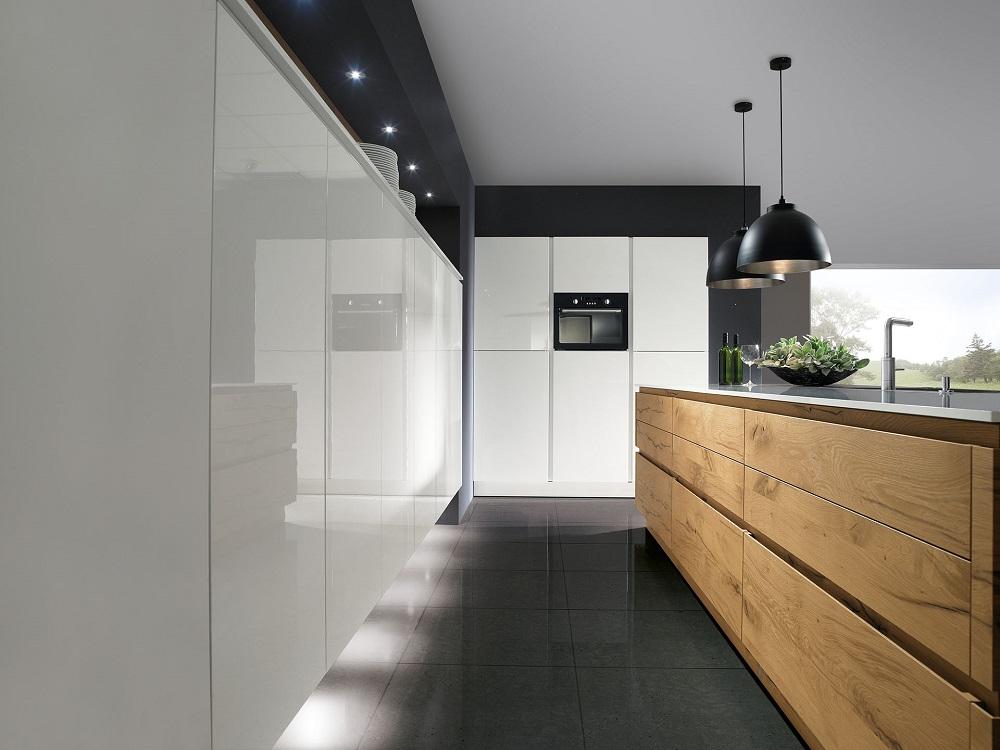 Loohuis_Keukens_Houten keukeneiland met witte wandkasten