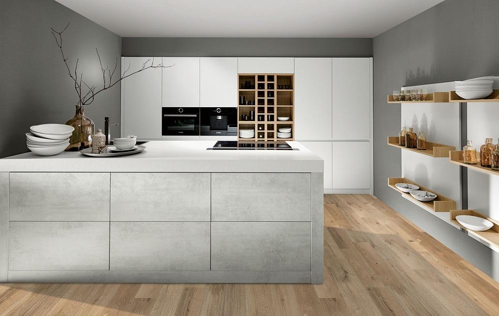 Loohuis_Keukens_Mat witte kastenwand gecombineerd met betonnen eiland