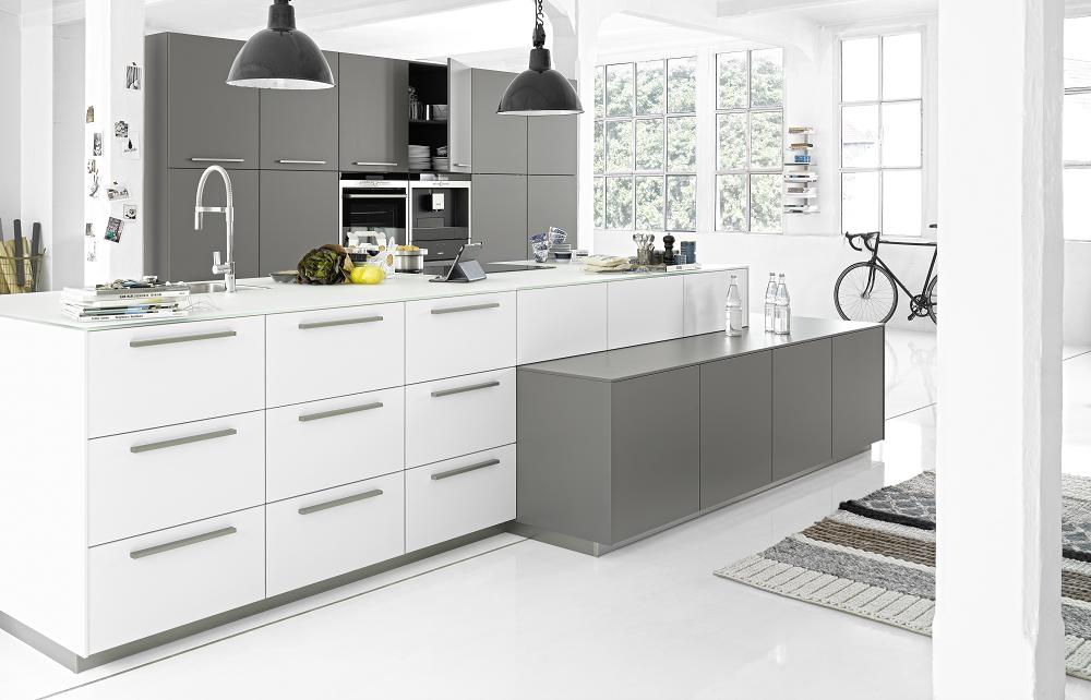 Loohuis_Keukens_Modern kookeiland met extra hoge onderkasten en grijze wandkasten