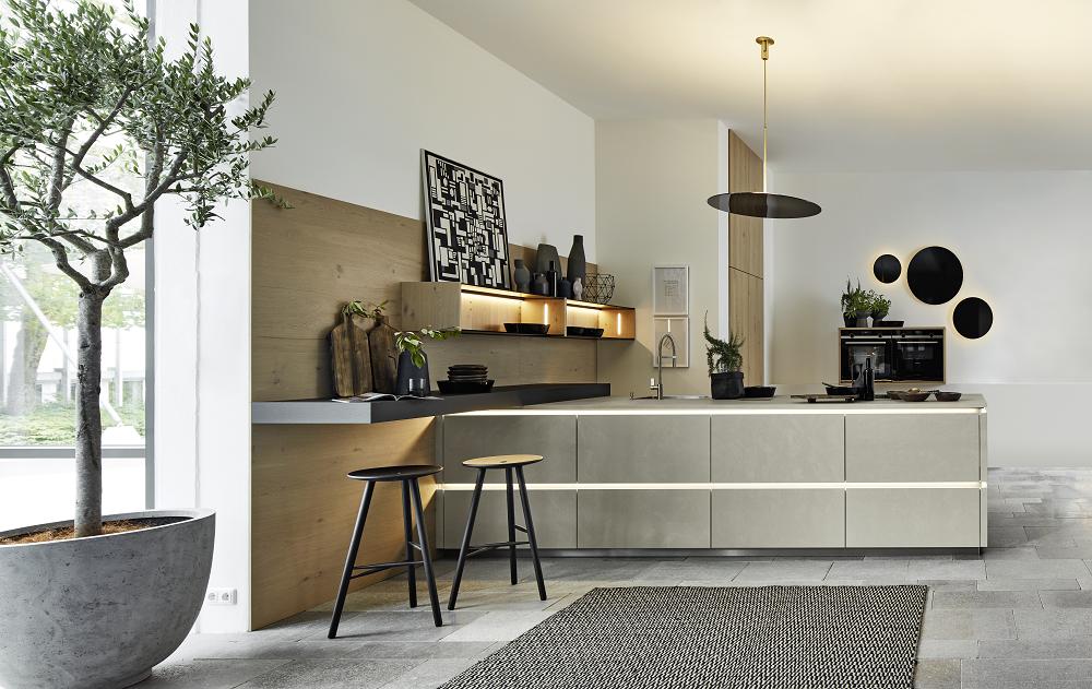 Loohuis_Keukens_Stoere greeploze betonnen keuken met houten kastenwand