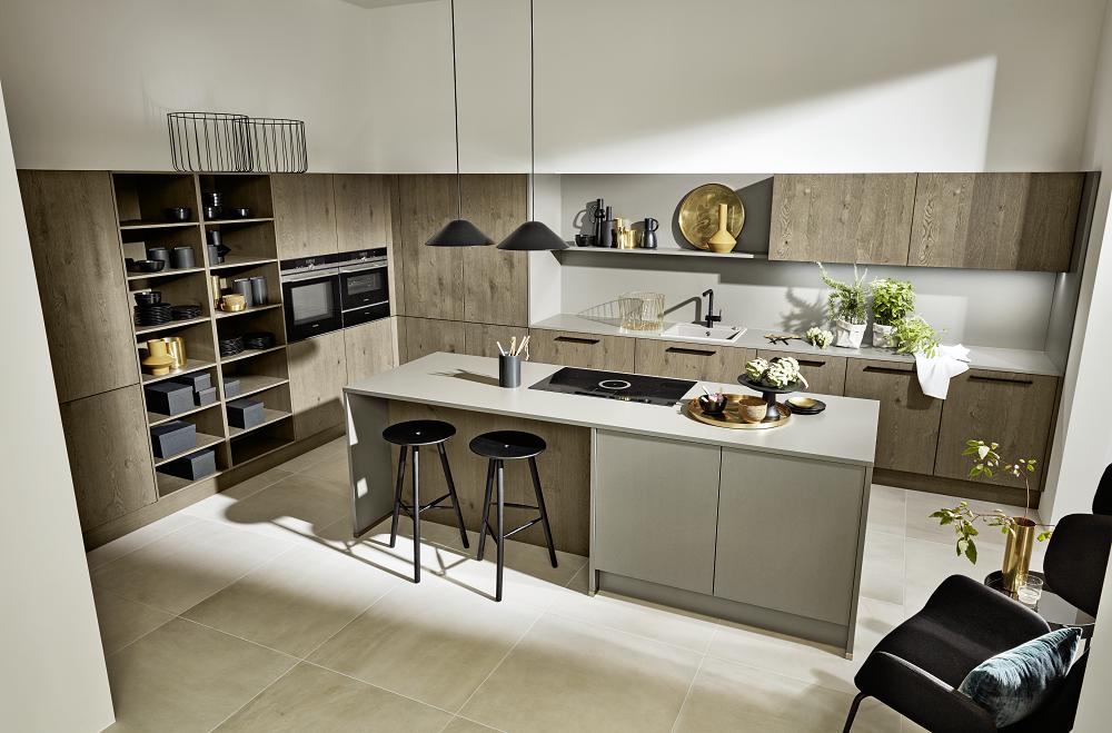 Loohuis_Keukens_Stoere houten keuken met grijs kookeiland en zitgedeelte