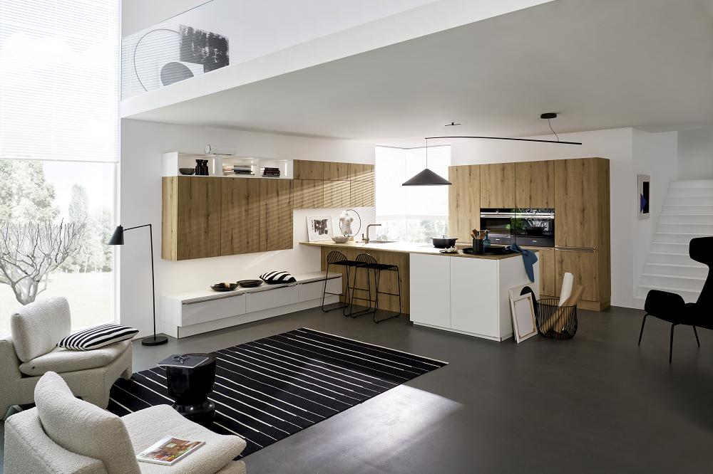 Loohuis_Keukens_Eilandkeuken met houten kastenwand en wit eiland