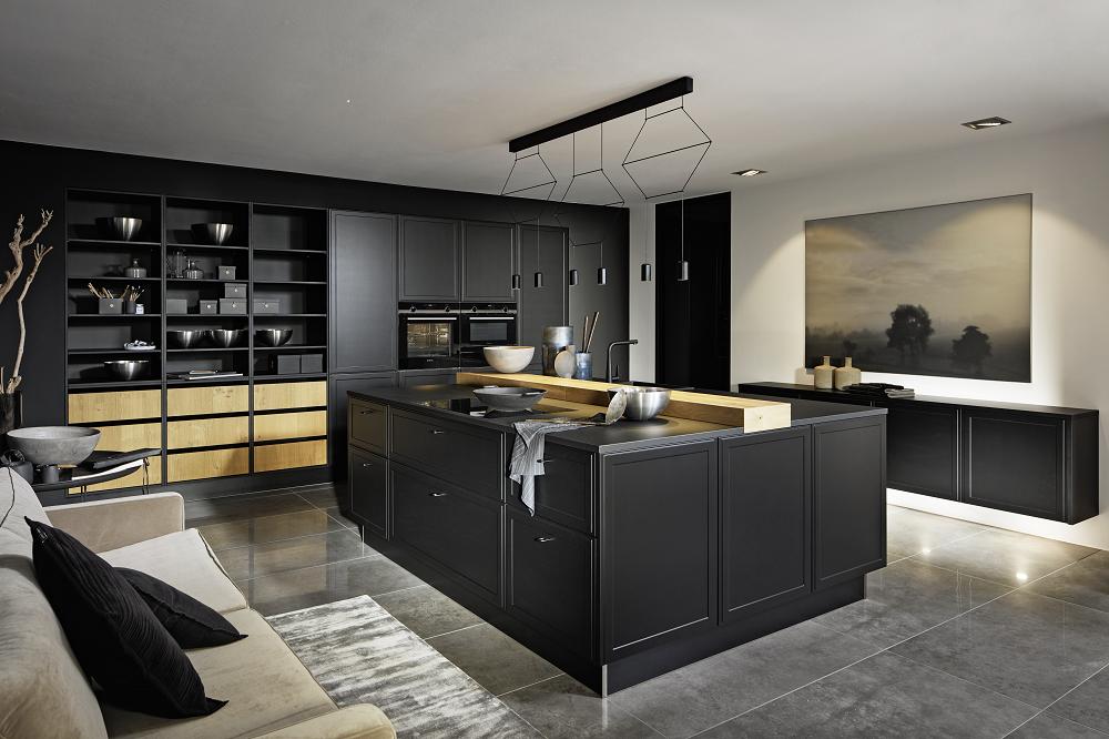 Loohuis_Keukens_Klassieke mat zwarte keuken met eiland en houten accenten