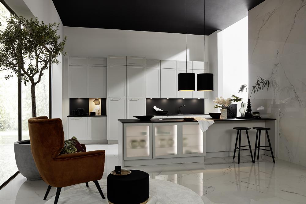 Loohuis_Keukens_Lichte moderne eilandkeuken met zitgedeelte