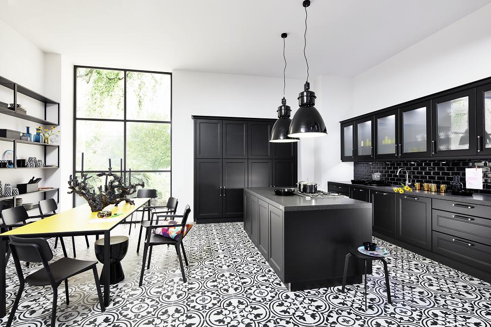 Loohuis_Keukens_Zwarte klassieke woonkeuken met zwarte tegeltjes
