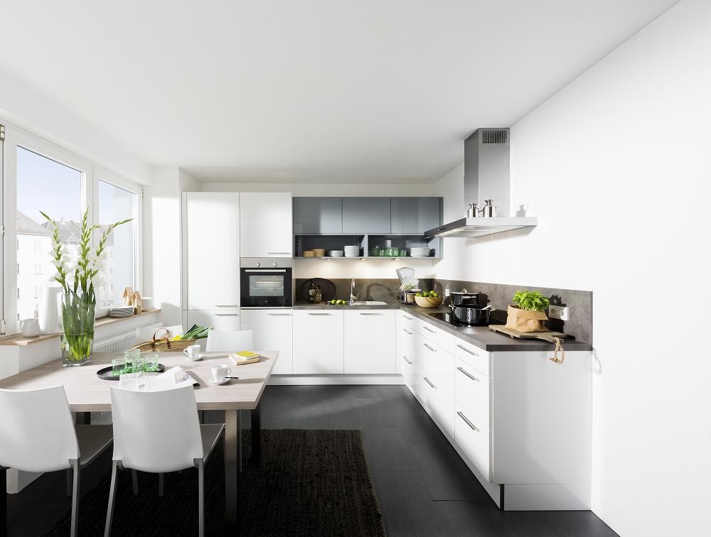 Loohuis_Keukens_090_Moderne witte hoekkeuken met grijze accenten